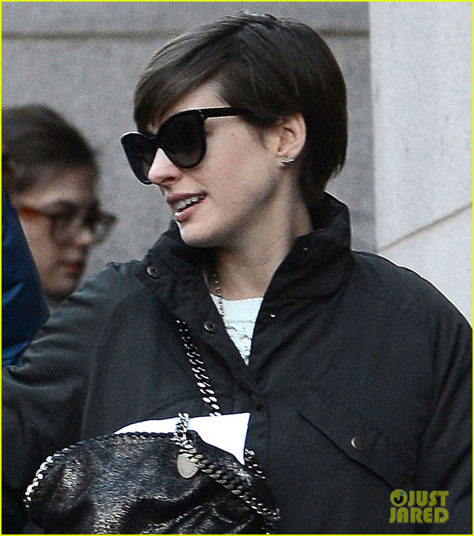 anne hathaway adam shulman brooklyn kissing couple 042828633