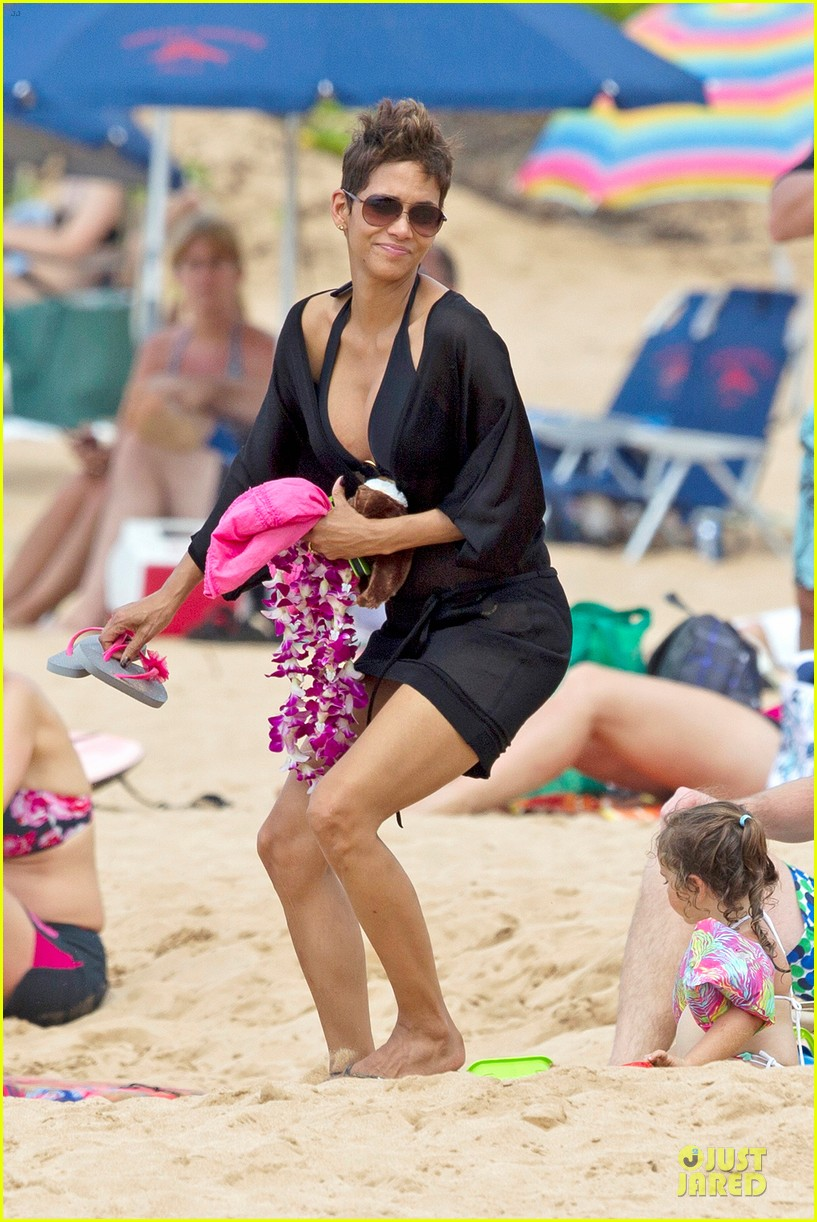 halle berry hot bikini maui mama 012838333