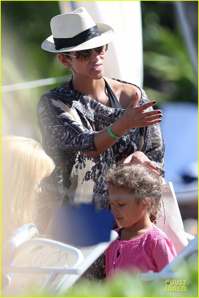 halle berry nahla henna tattooing mother daughter duo 092840047