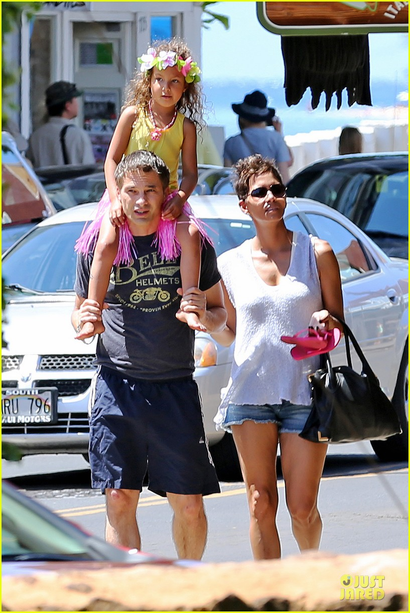 halle berry nahla henna tattooing mother daughter duo 152840053