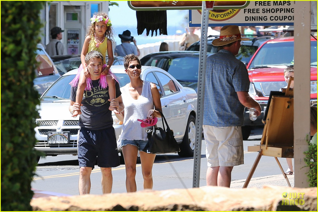 halle berry nahla henna tattooing mother daughter duo 202840058
