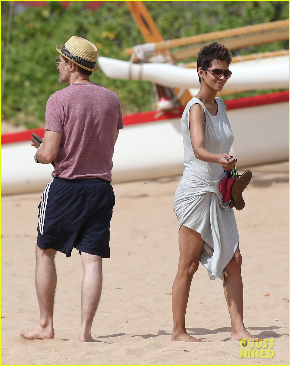 halle berry olivier martinez maui beach stroll with nahla 012839077