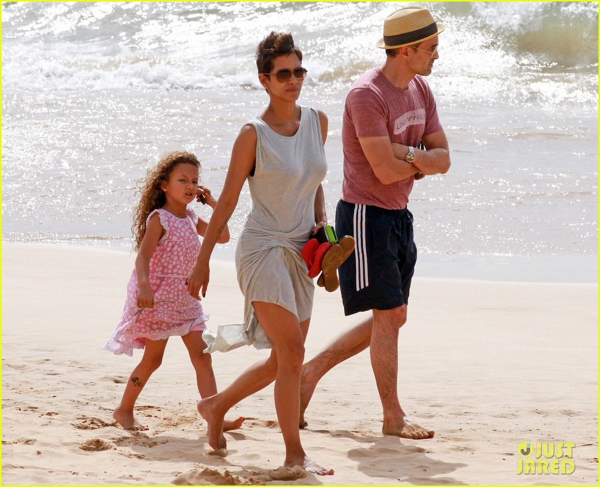 halle berry olivier martinez maui beach stroll with nahla 032839079