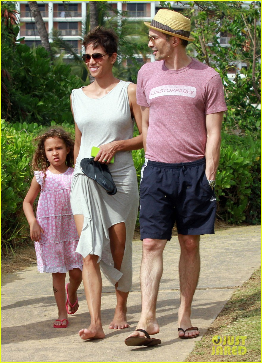 halle berry olivier martinez maui beach stroll with nahla 052839081