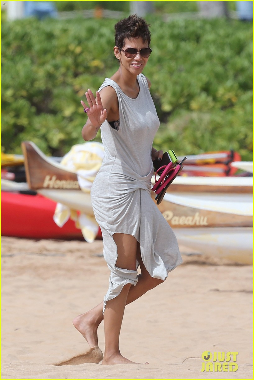 halle berry olivier martinez maui beach stroll with nahla 132839089