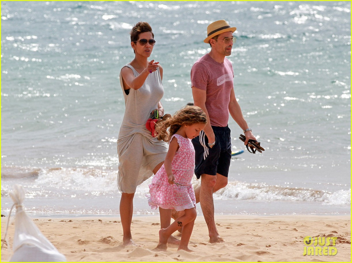 halle berry olivier martinez maui beach stroll with nahla 142839090