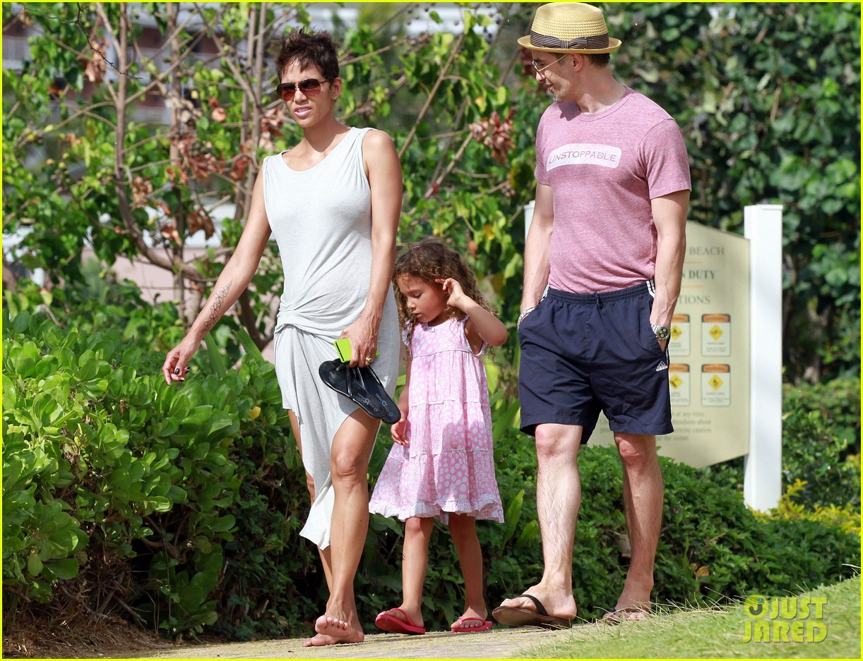 halle berry olivier martinez maui beach stroll with nahla 16