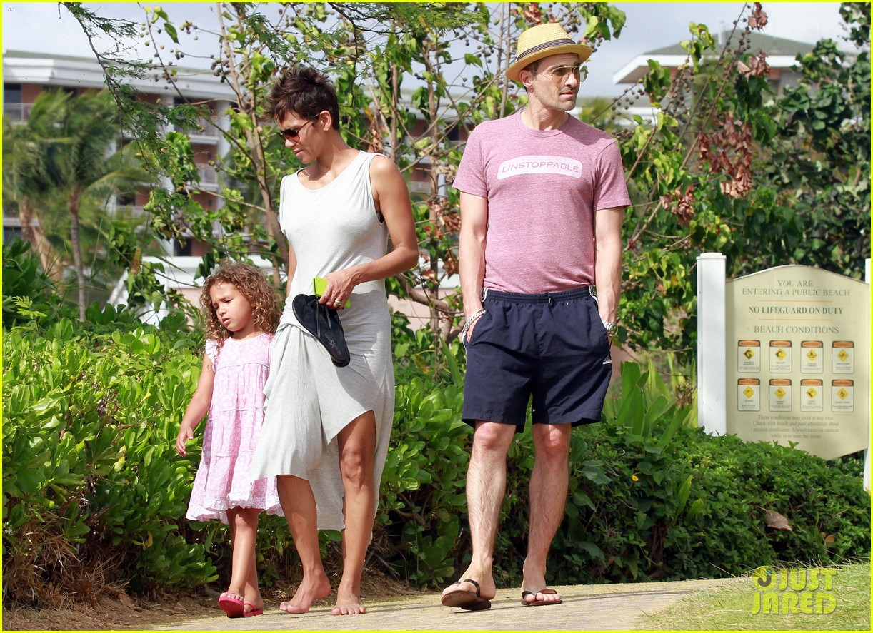 halle berry olivier martinez maui beach stroll with nahla 172839093