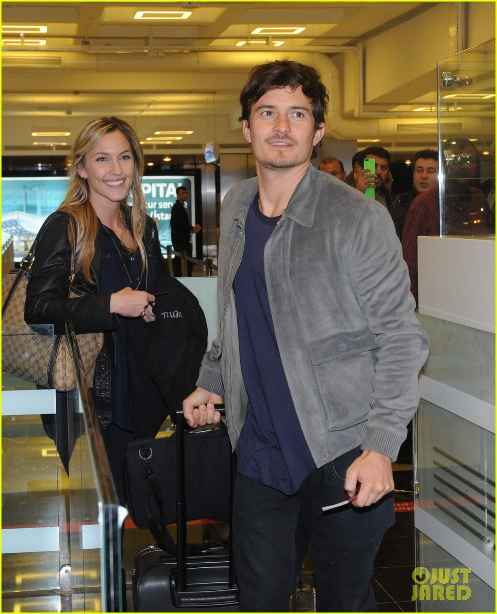 orlando bloom greeted by fans at airport in istanbul 012834653