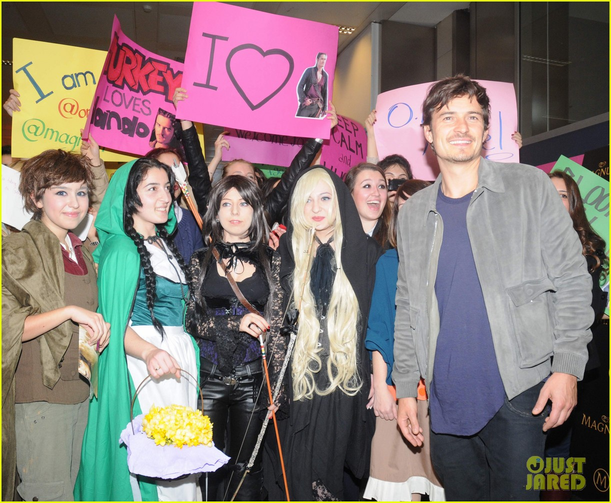 orlando bloom greeted by fans at airport in istanbul 04