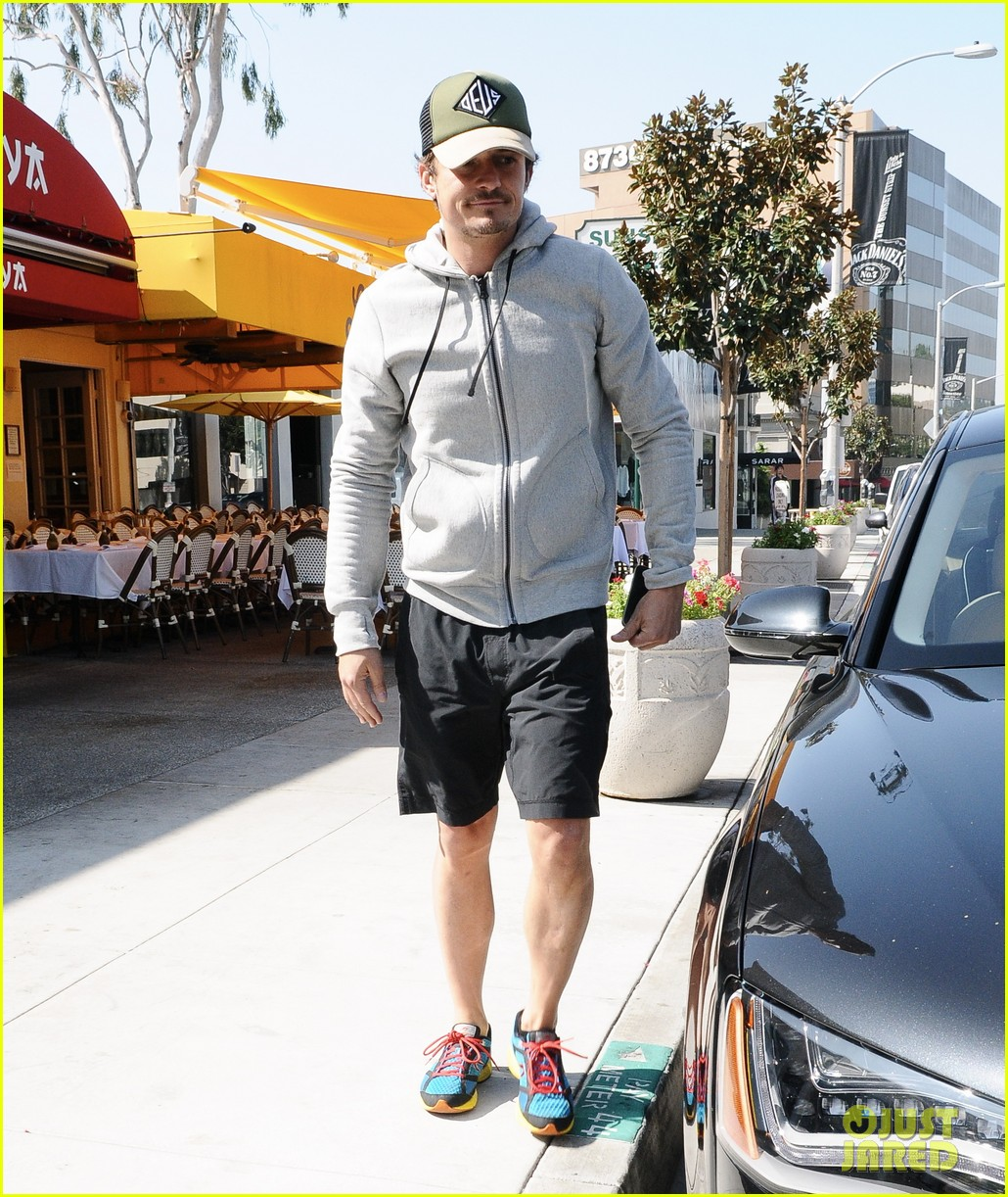 orlando bloom steps out after miranda kerrs car accident 012831185