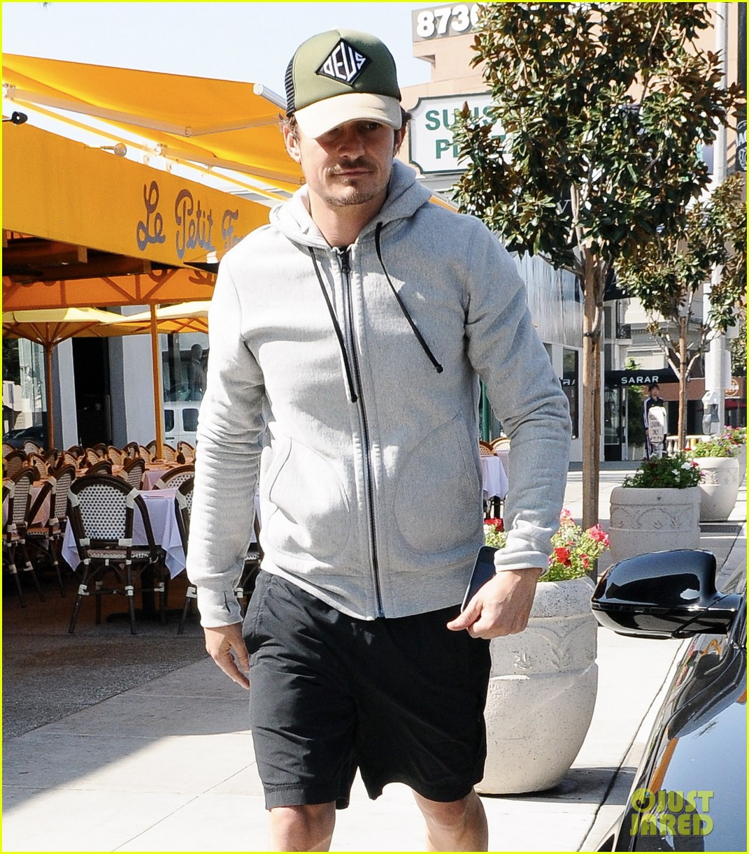 orlando bloom steps out after miranda kerrs car accident 032831187