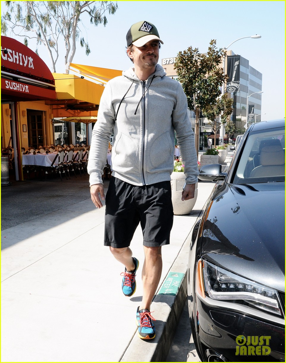 orlando bloom steps out after miranda kerrs car accident 05