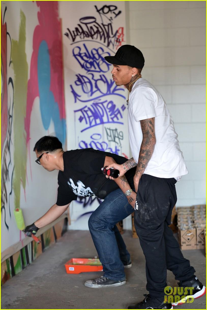 chris brown creates graffiti artwork for charity 012832851