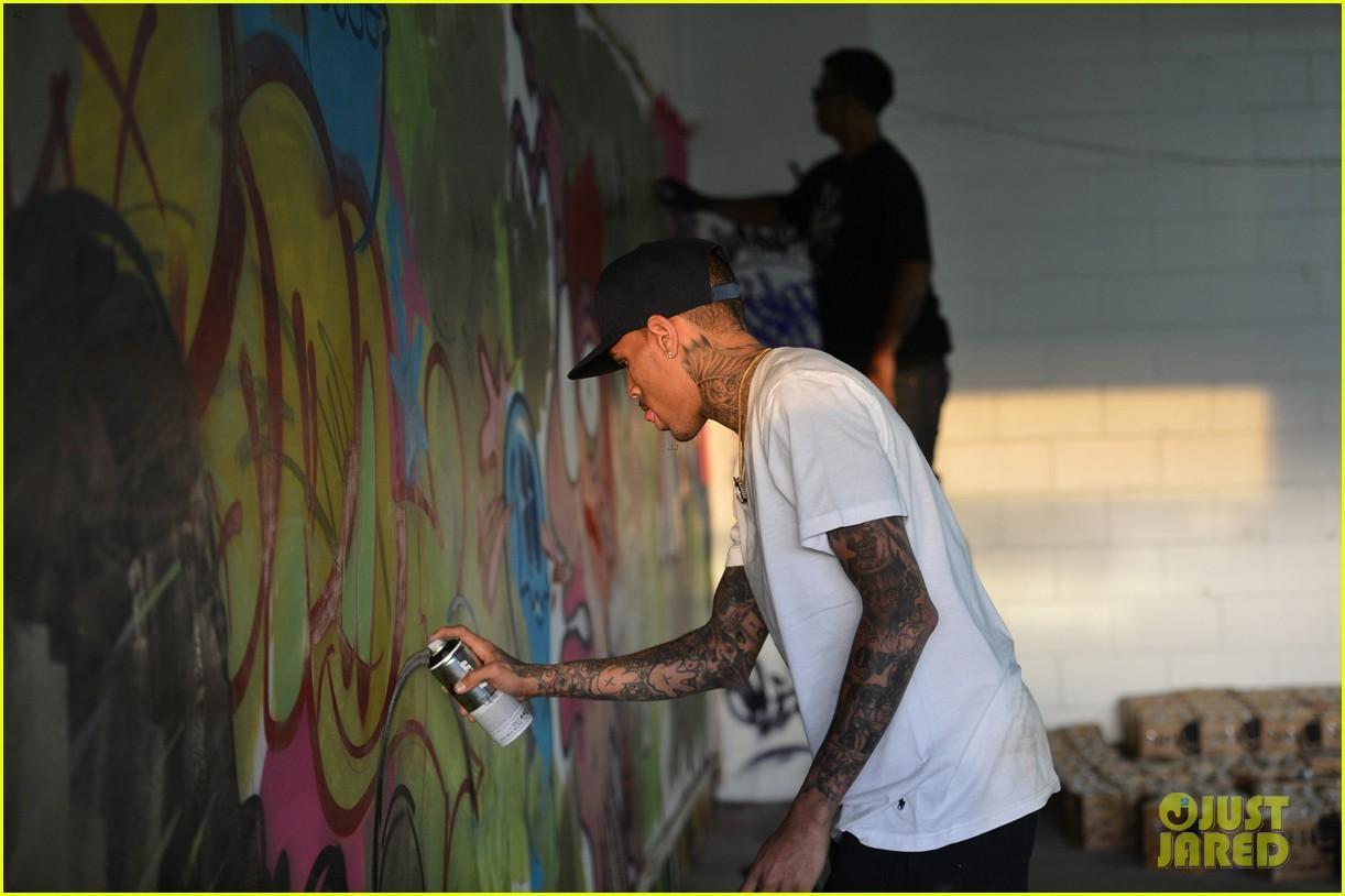 chris brown creates graffiti artwork for charity 062832856