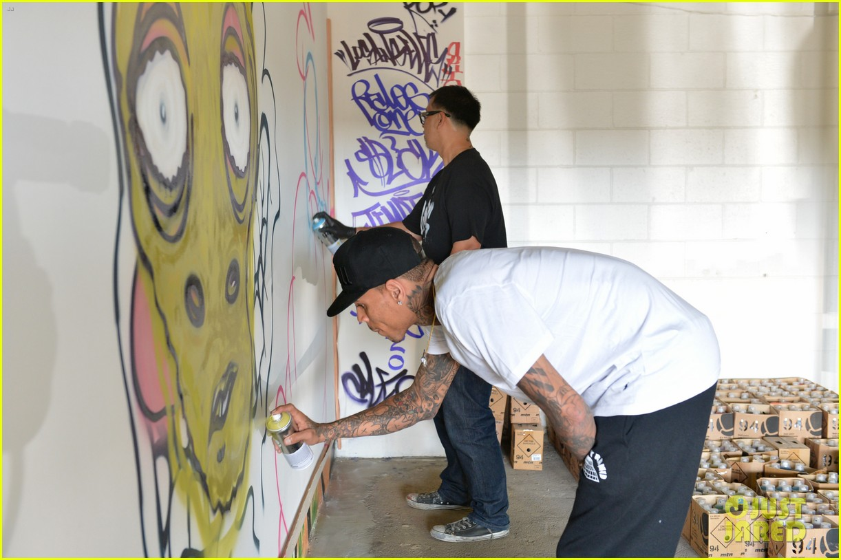 chris brown creates graffiti artwork for charity 072832857