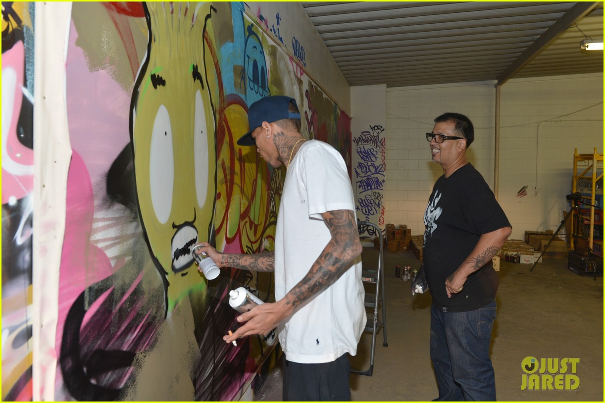 chris brown creates graffiti artwork for charity 08