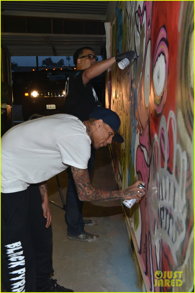 chris brown creates graffiti artwork for charity 142832864