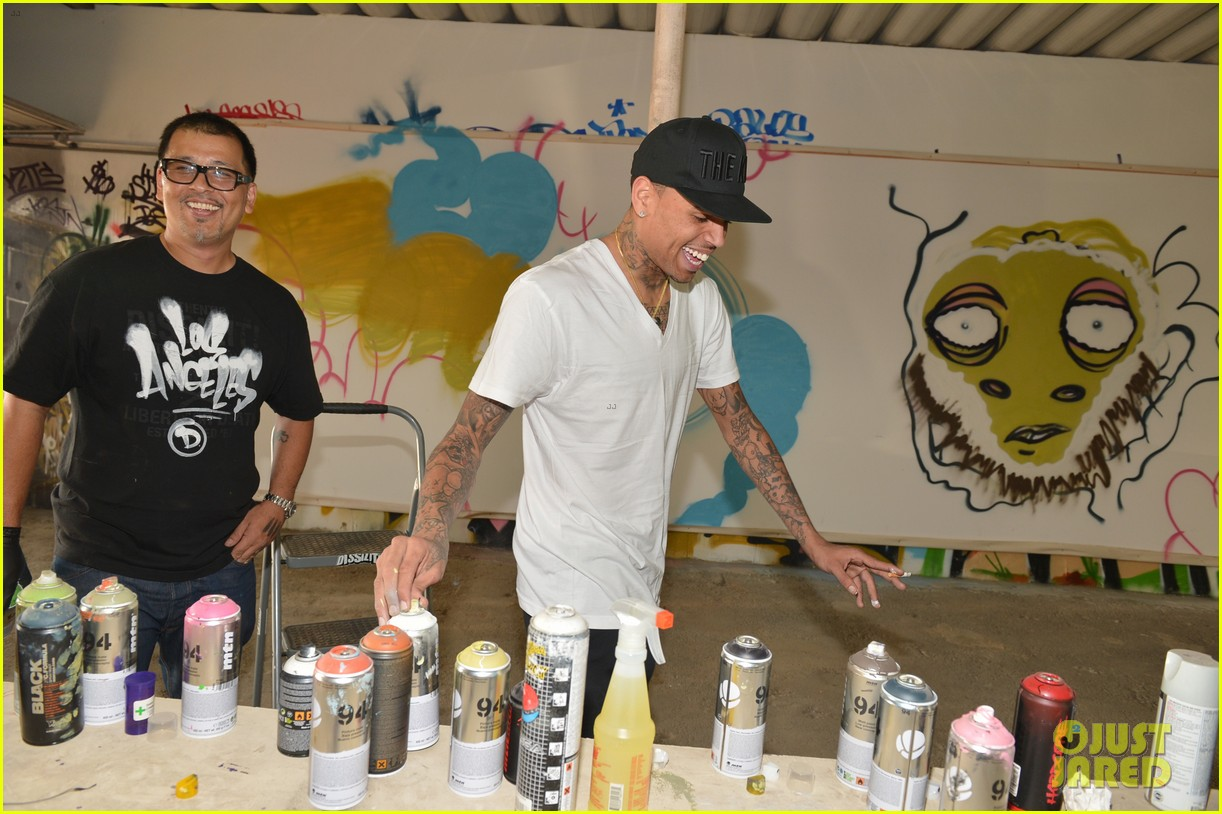 chris brown creates graffiti artwork for charity 152832865