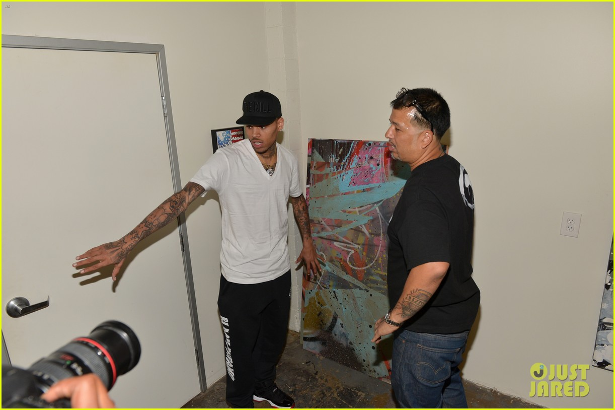 chris brown creates graffiti artwork for charity 182832868