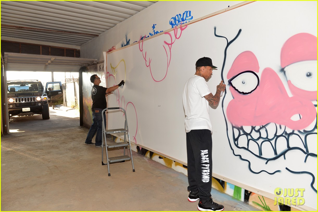chris brown creates graffiti artwork for charity 192832869