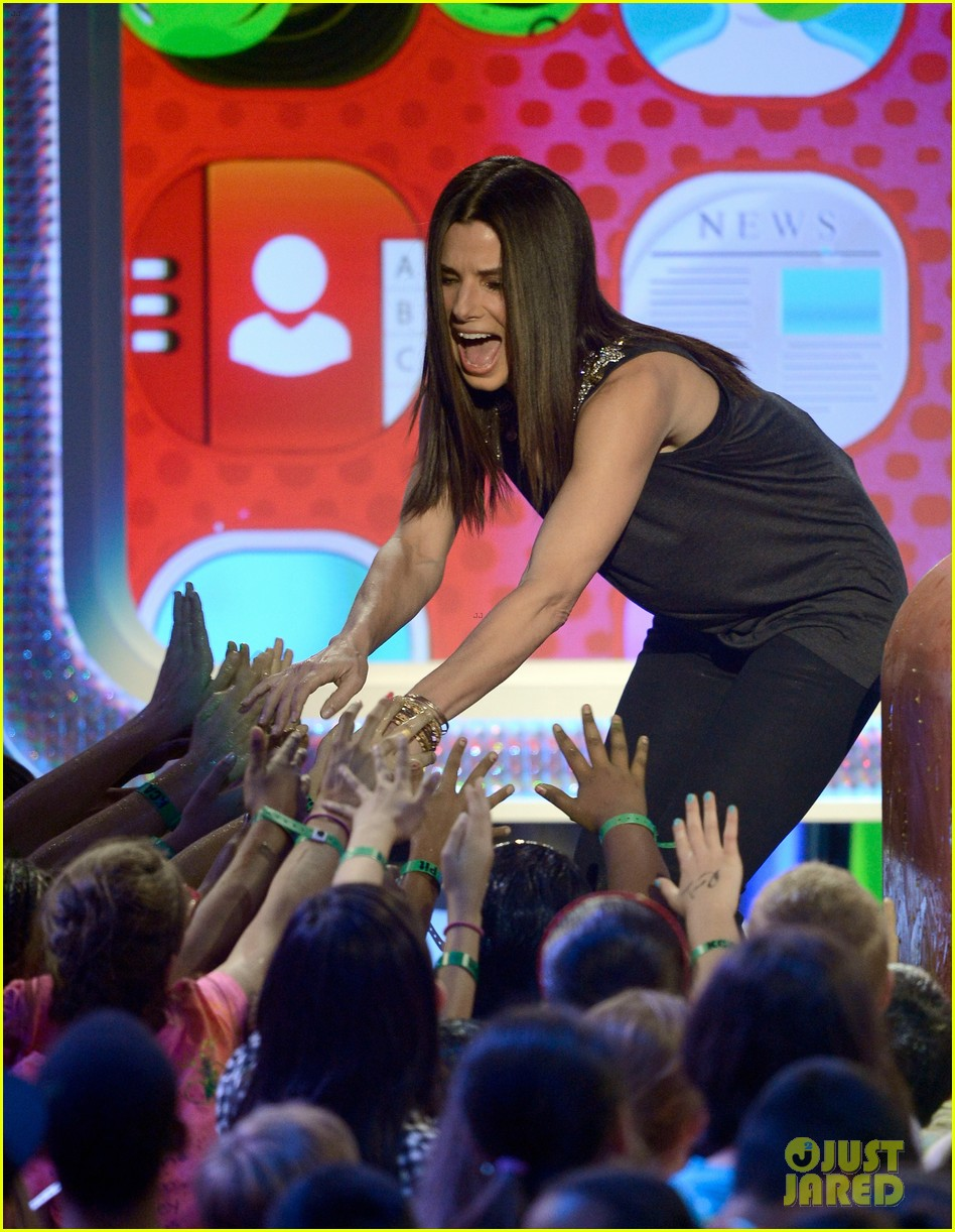 sandra bullock neil patrick harris slimed at kcas 2013 022836546