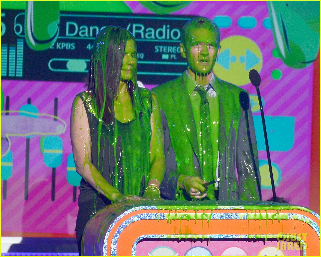 sandra bullock neil patrick harris slimed at kcas 2013 062836550