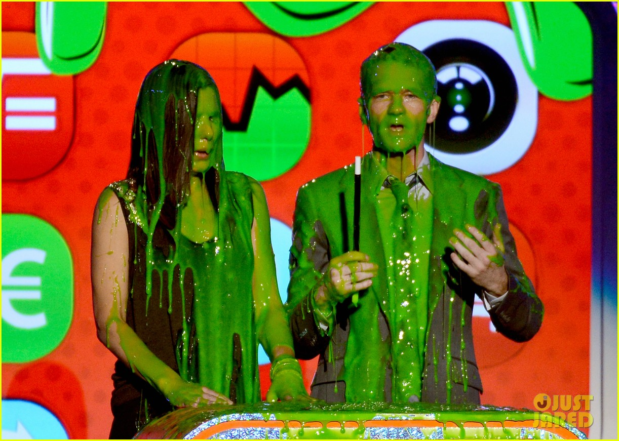 sandra bullock neil patrick harris slimed at kcas 2013 072836551