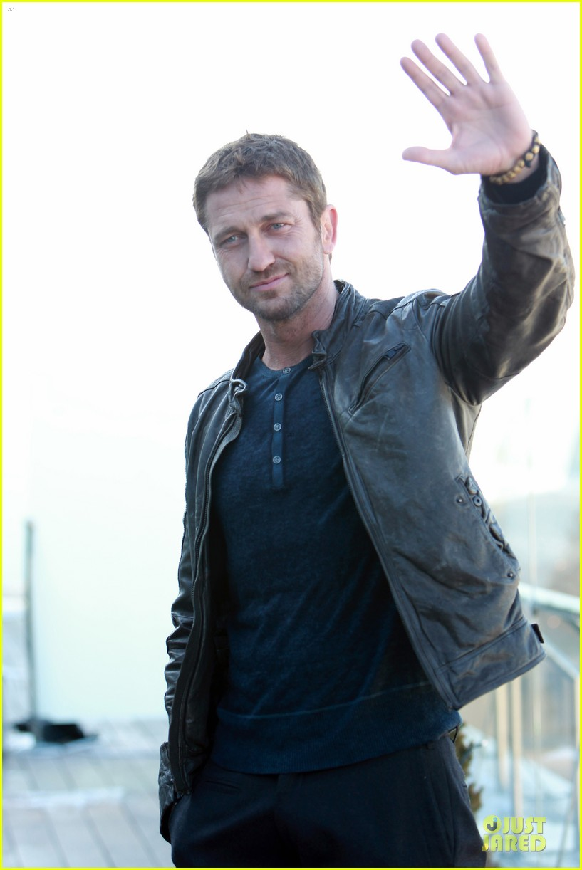 gerard butler does yoga cleanses cardio workouts 052839976