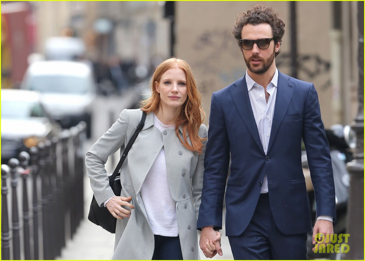 jessica chastain gian luca passi de preposulo hold hands in paris 13