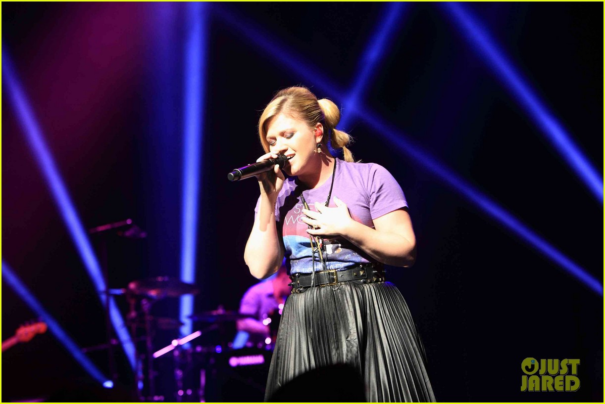 kelly clarkson sings for opportunity education 022824494