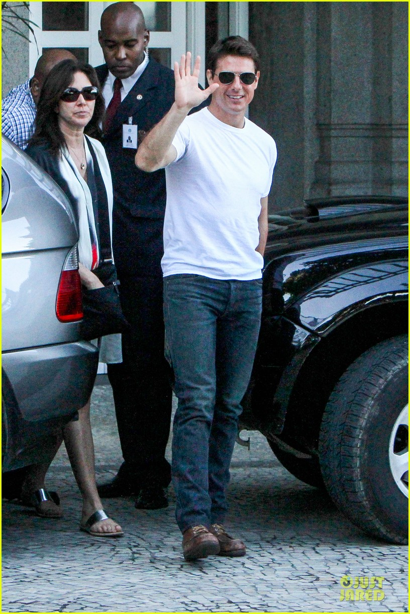 tom cruise loves brazilian fans suri bangs into friend big apple home 032839986