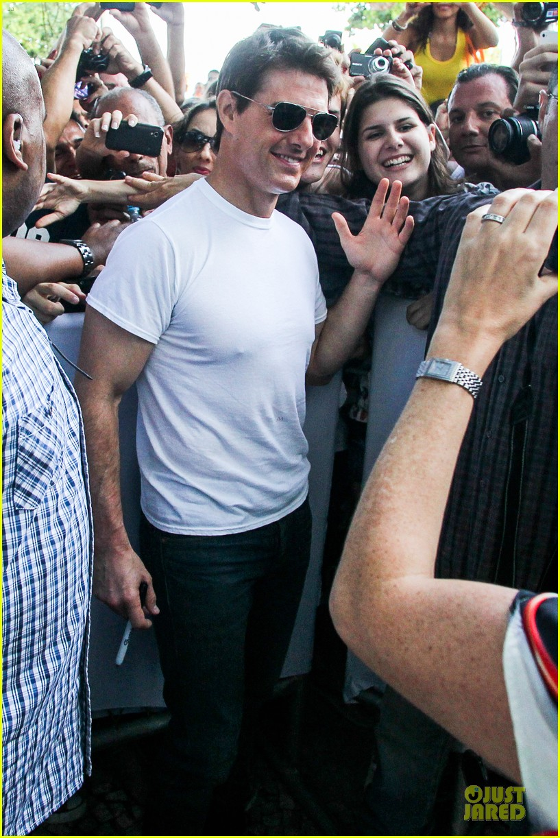 tom cruise loves brazilian fans suri bangs into friend big apple home 062839989