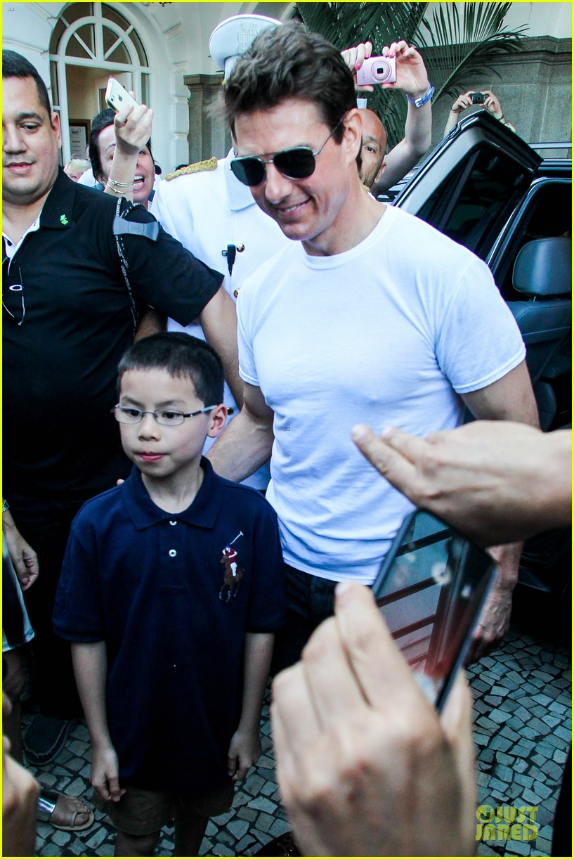 tom cruise loves brazilian fans suri bangs into friend big apple home 182840001