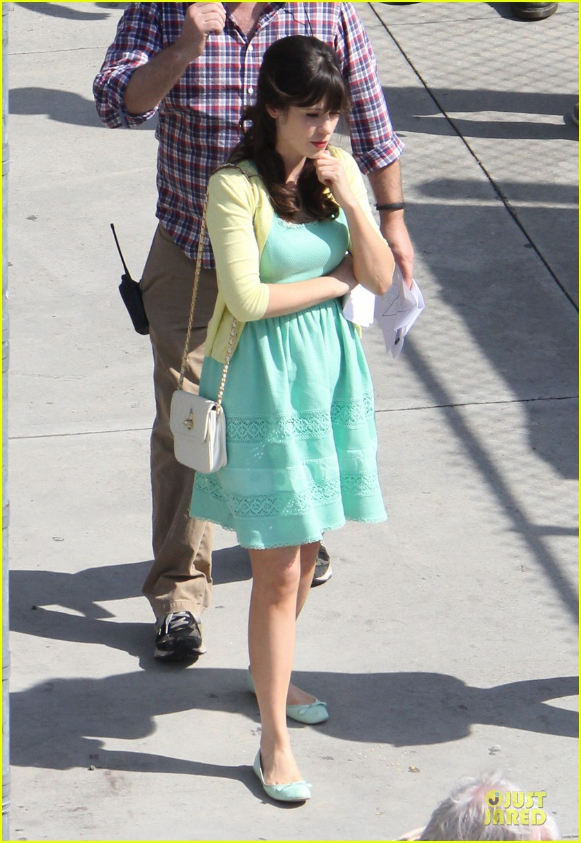zooey deschanel sexual tension leads to a freakin hot kiss 012836262