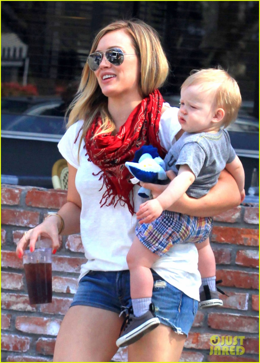 hilary duff mike comrie charlies pantry with baby luca 012837536