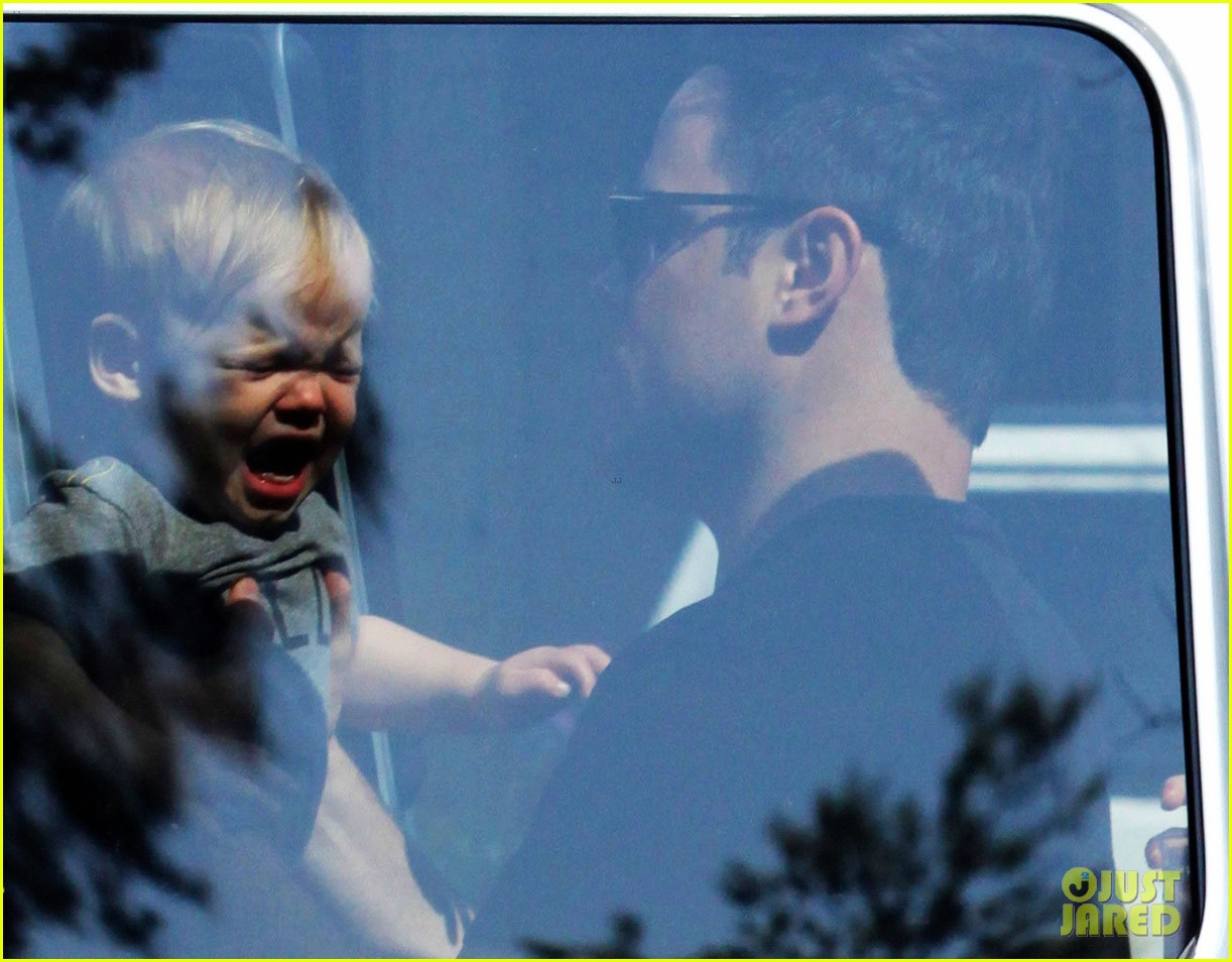 hilary duff mike comrie charlies pantry with baby luca 022837537