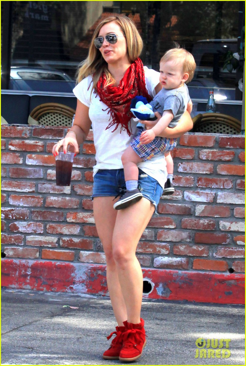 hilary duff mike comrie charlies pantry with baby luca 042837539