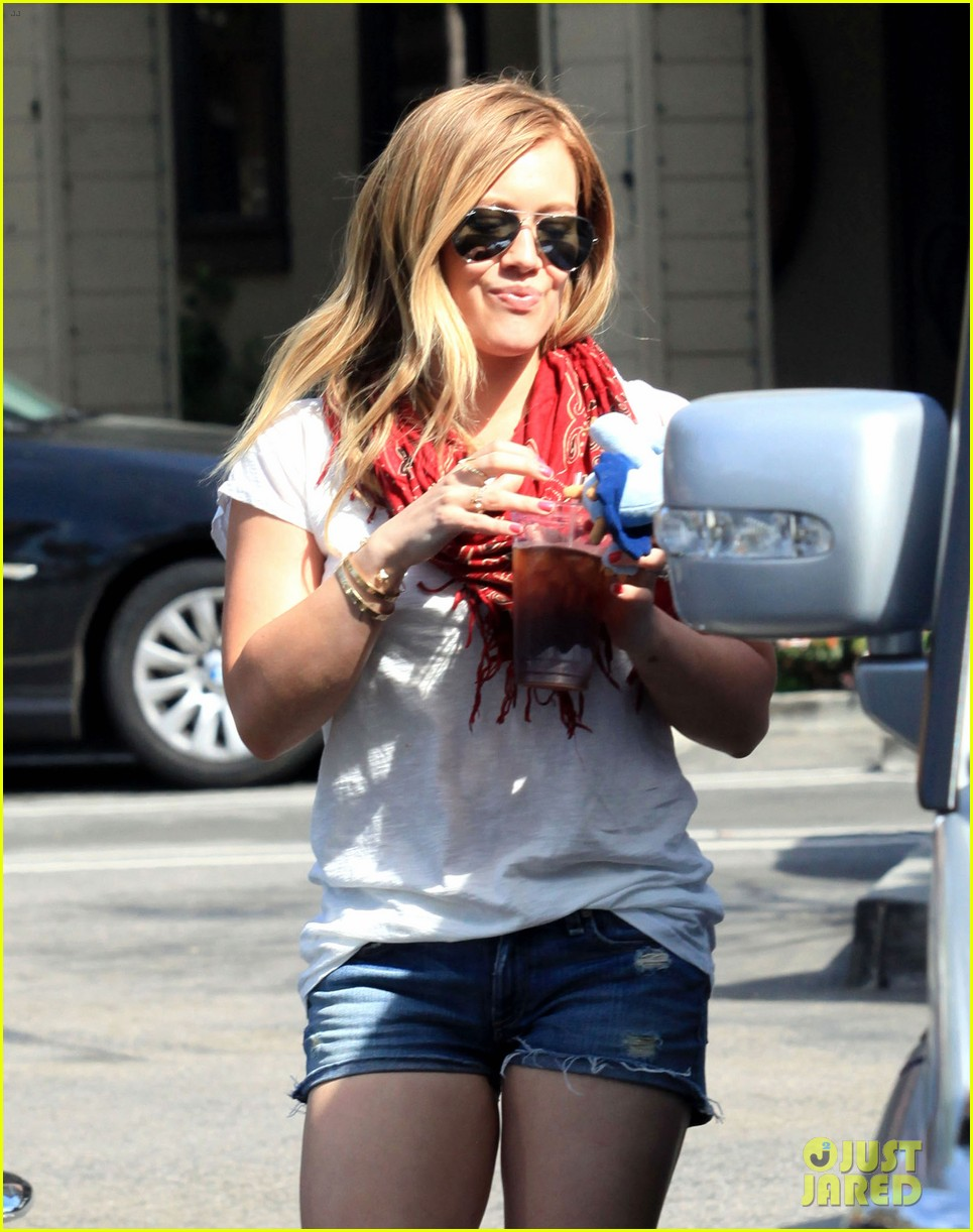 hilary duff mike comrie charlies pantry with baby luca 052837540