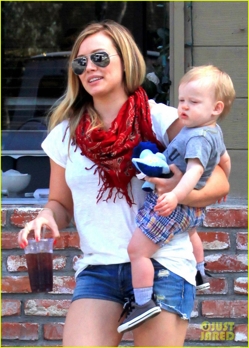 hilary duff mike comrie charlies pantry with baby luca 072837542