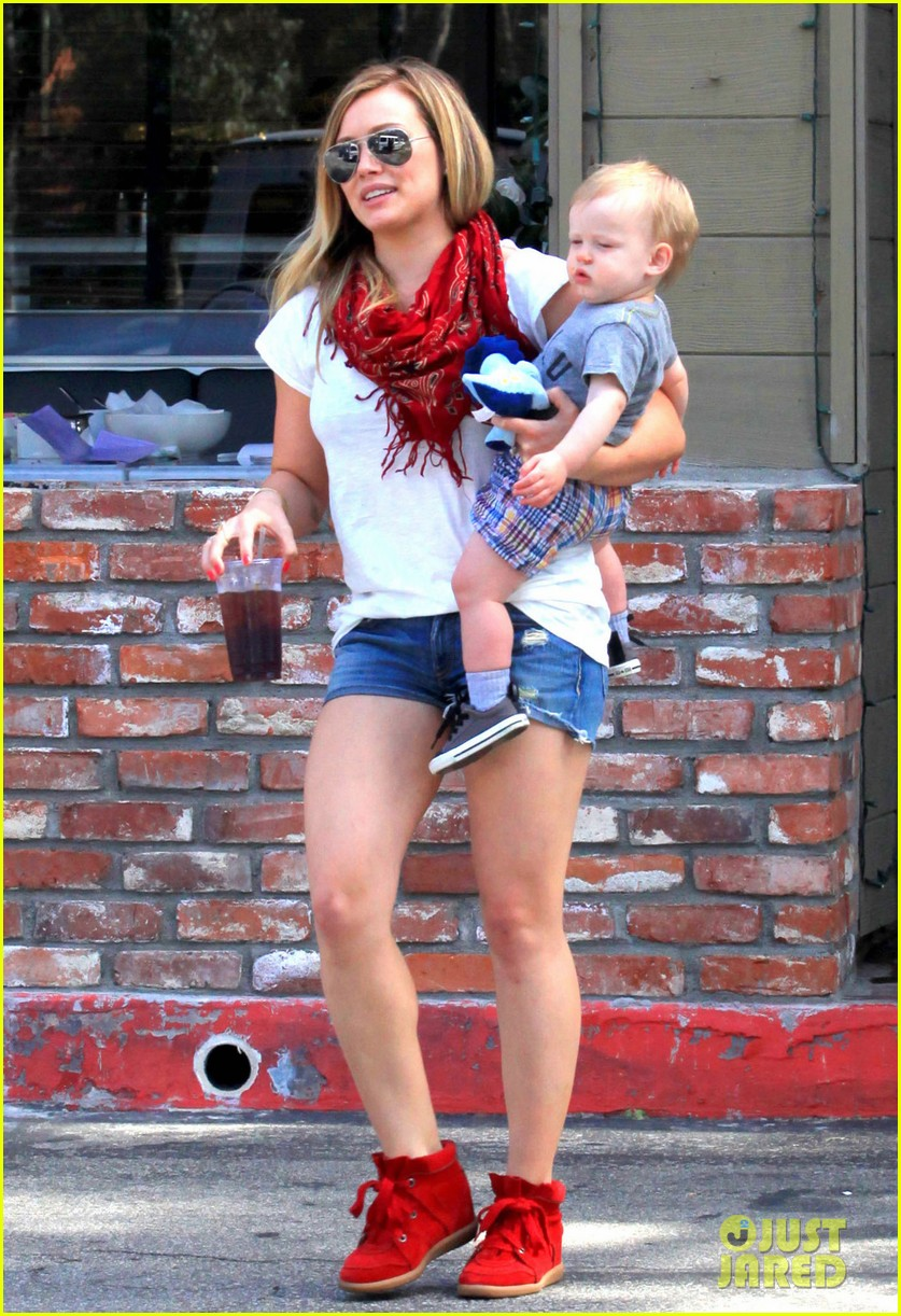 hilary duff mike comrie charlies pantry with baby luca 082837543