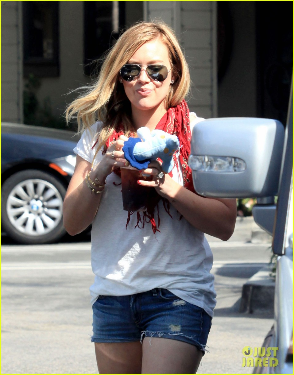 hilary duff mike comrie charlies pantry with baby luca 092837544