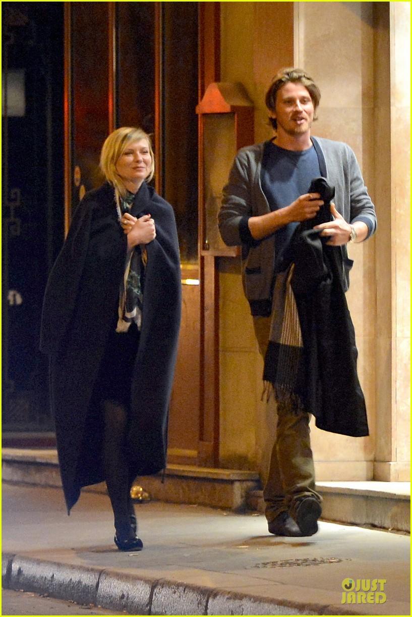 kirsten dunst garrett hedlund paris strolling couple 012825647