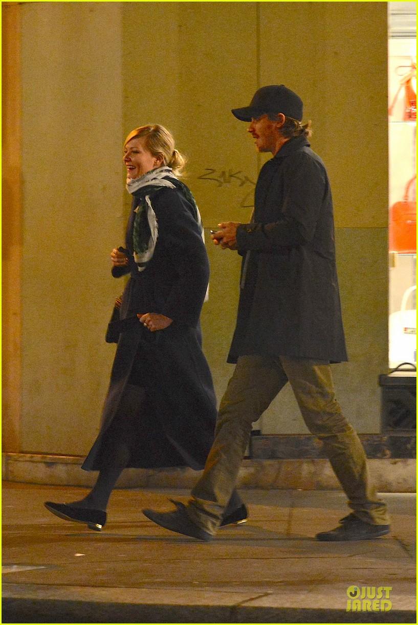 kirsten dunst garrett hedlund paris strolling couple 062825652