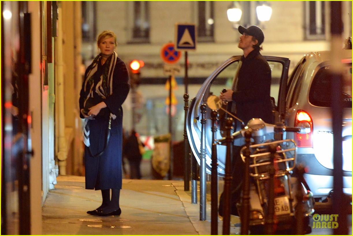 kirsten dunst garrett hedlund paris strolling couple 082825654