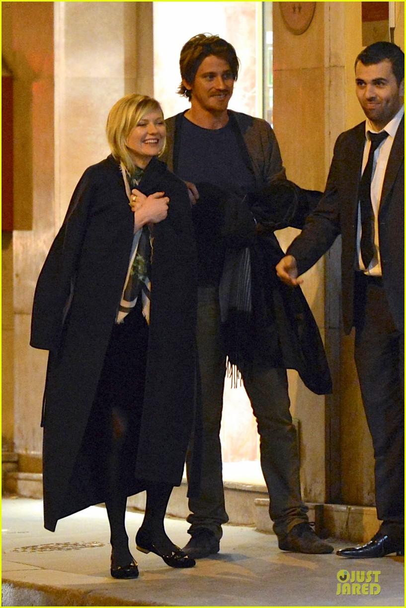 kirsten dunst garrett hedlund paris strolling couple 102825656