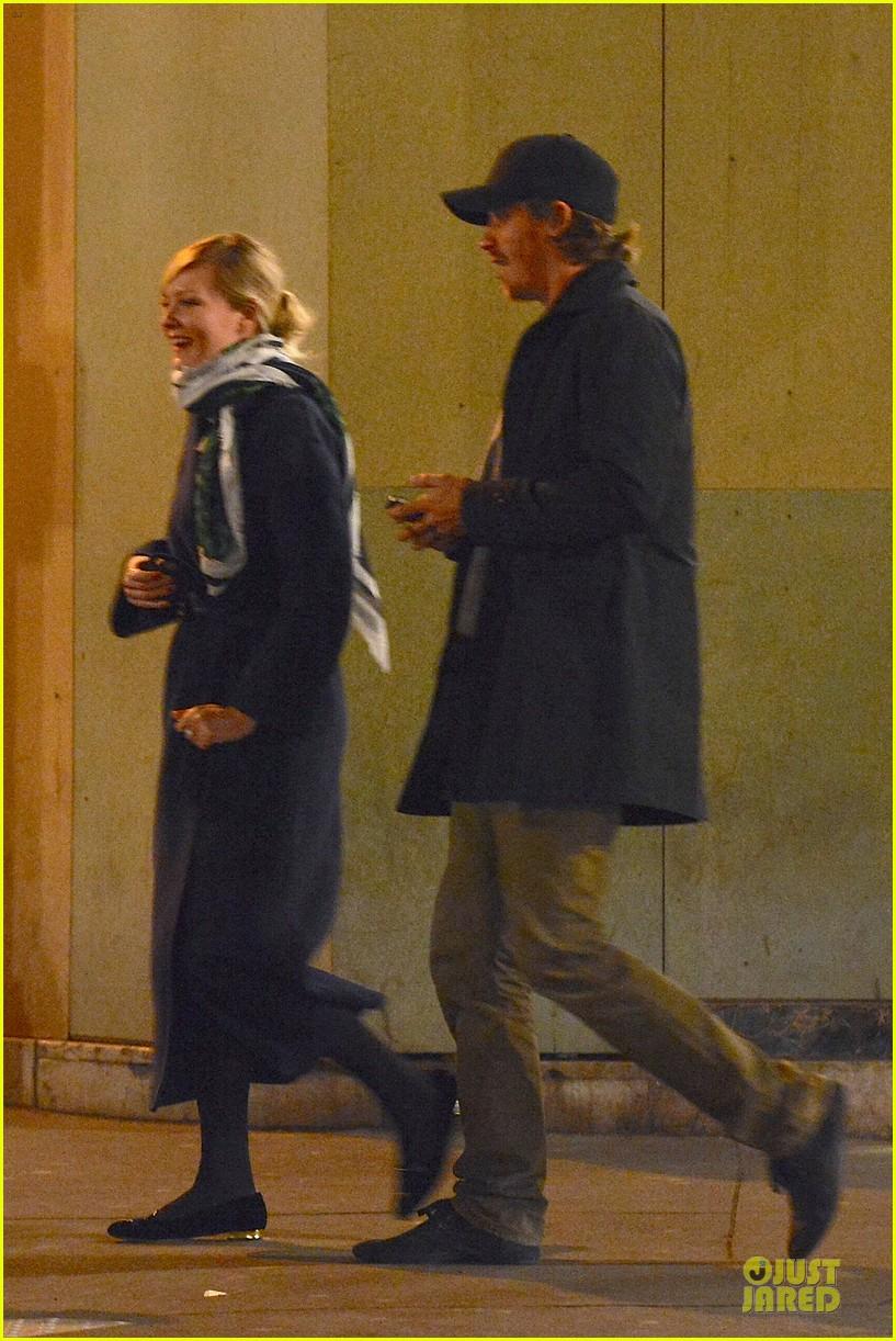 kirsten dunst garrett hedlund paris strolling couple 112825657