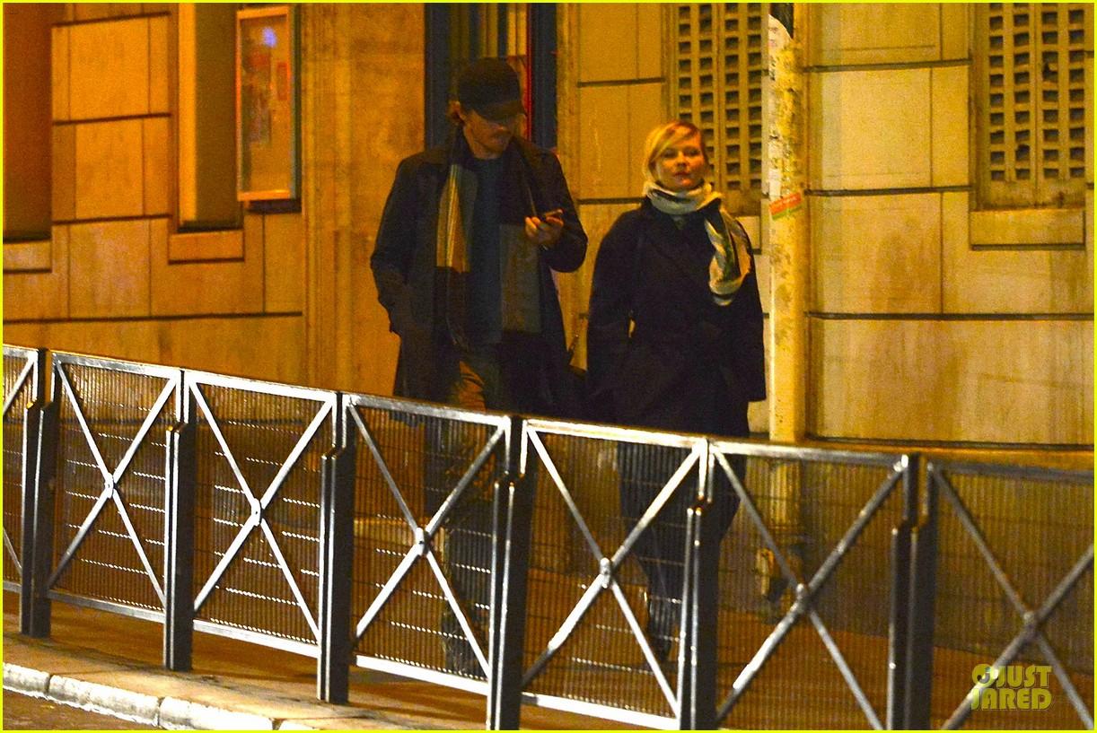 kirsten dunst garrett hedlund paris strolling couple 142825660