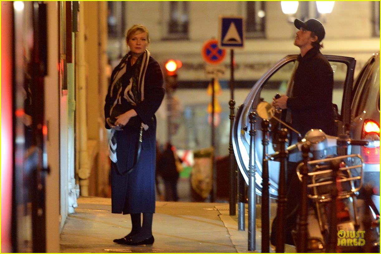 kirsten dunst garrett hedlund paris strolling couple 172825663