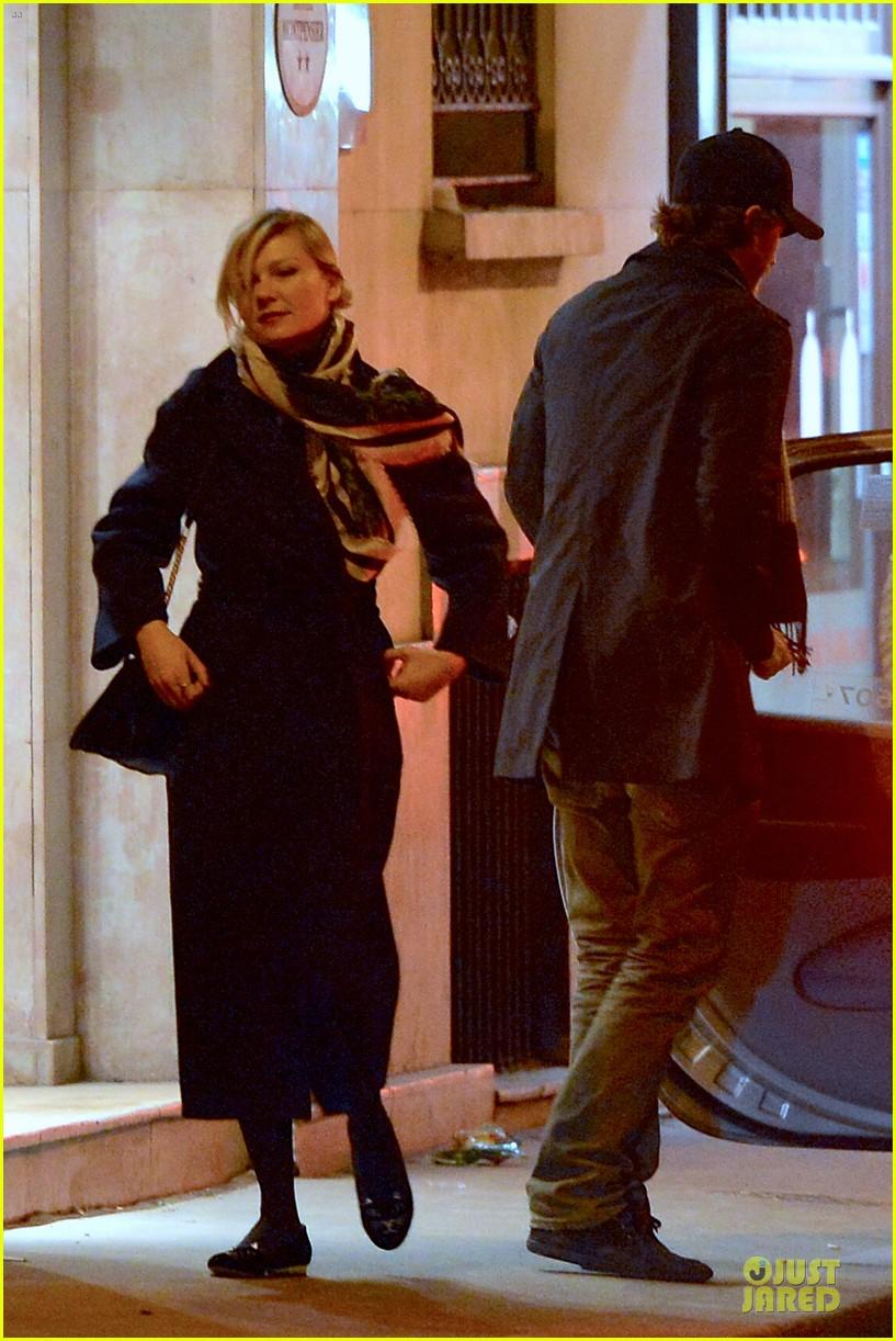 kirsten dunst garrett hedlund paris strolling couple 182825664